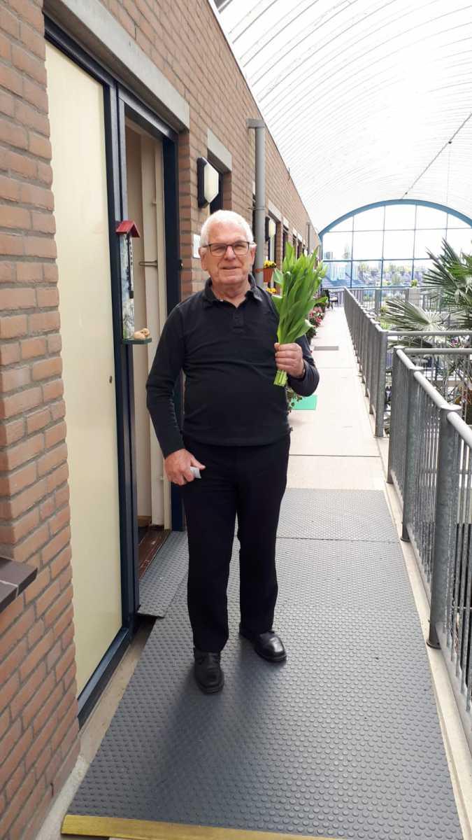 Bloemen-in-ontvangst-genomen-de-heer-Cornet