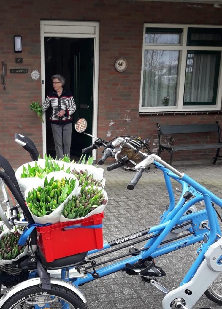 Foto-Harriet-brengt-bloemetje-bij-gasten-vrijwilligers-1-mw-Langeveld-ws