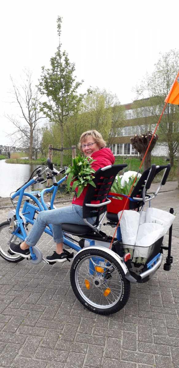 Foto-Harriet-brengt-bloemetje-bij-gasten-vrijwilligers-4