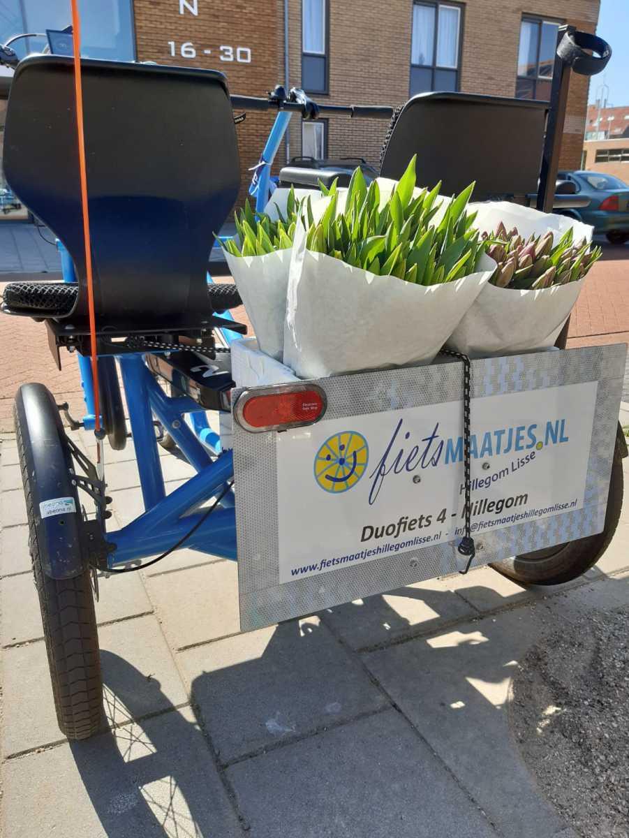 Foto-fiets-met-bloemen-bij-Bloemenswaard