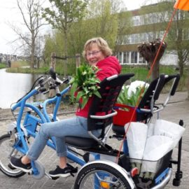 Harriet brengt bloemetje bij gasten en vrijwilligers