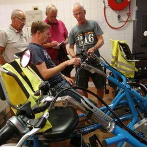 Fietsmaatjes ervaringen uitwisselen bij de fietsenwinkel